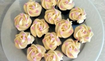 Chokoladecupcakes med hvid chokoladefrosting