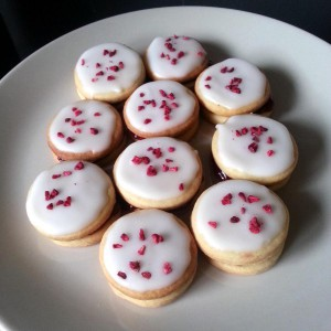 Traditional miniature Raspberry Slices are a delicious snack to go with tea or coffee | Minihindbærsnitter er lækre som luksussmåkager til kaffen