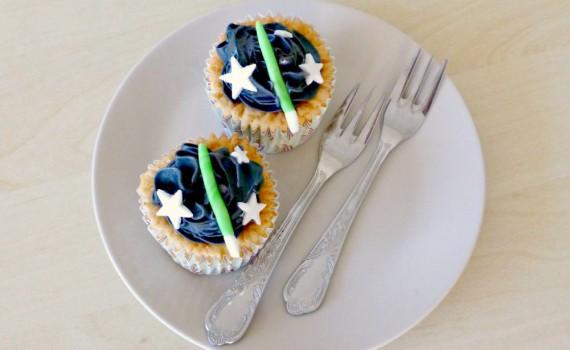 Blondie cupcakes with raspberries and liquorice frosting - hvid chokolade hindbær lakridsfrosting