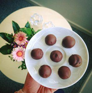 Sunde energikugler med chiafrø og chokoladeovertræk