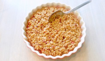 Rhubarb crumble with vanilla, oatmeal and almonds - Rabarbercrumble med vanilje og mandler