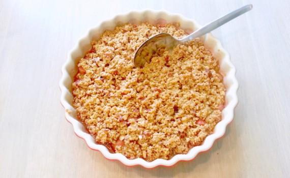 Rhubarb crumble with vanilla, oatmeal and almonds - Rabarbercrumble med vanilje og mandler