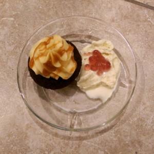 chokolade-cupcakes med karamel-frosting og vaniljeis
