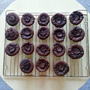 chokoladecupcakes fyldt med karamel