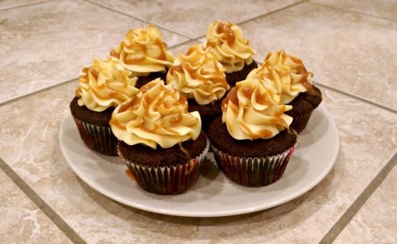 Chokolade-cupcakes med karamel-frosting