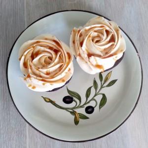 chokoladecupcakes med karamel-frosting og karamel swirls