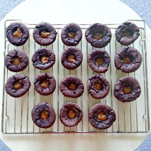 chokoladecupcakes med karamel-fyld