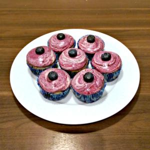 Blåbærcupcakes med blåbærsirup og cream cheese-frosting