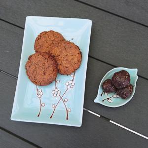 3 sunde peanutbutter-cookies og skål med energikugler