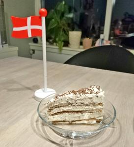 Tiramisu-lagkage til fødselsdag med flag
