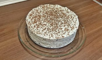 Tiramisu-lagkage med mascarpone, kaffe og chokoladedrys